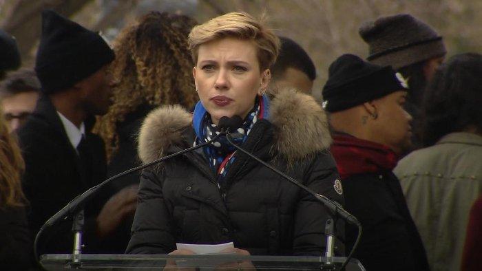 Scarlett Johansson przed i po odkryciu feminizmu